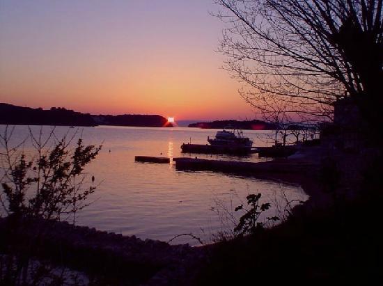 Supetarska Draga, Croazia: The view from the beach and sunset