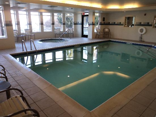 Holiday Inn Express Hotel & Suites Medford-Central Point: Pool area.