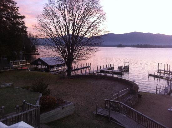 Lake George Suites: Beautiful waterfront lawn
