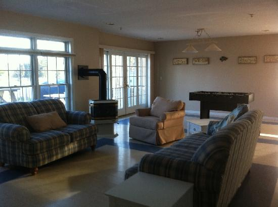 Lake George Suites: Family room with games and bar