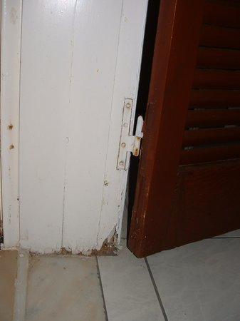 Irinna Hotel: Hotel Room   French Door Frame Rotten !