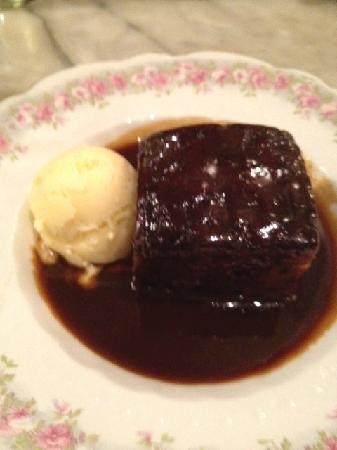 The Queen and Beaver Public House : sticky toffee pudding with vanilla ice cream