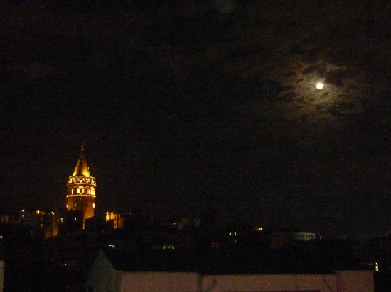 Istanbul Golden City Hotel: Galata Tower from the roof at night