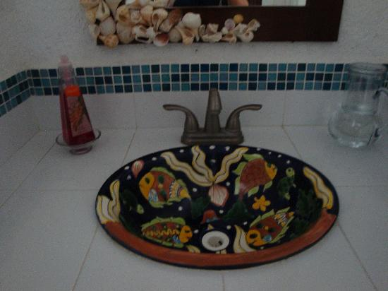 ‪‪Villa Escondida Cozumel Bed and Breakfast‬: Hand-painted sink‬