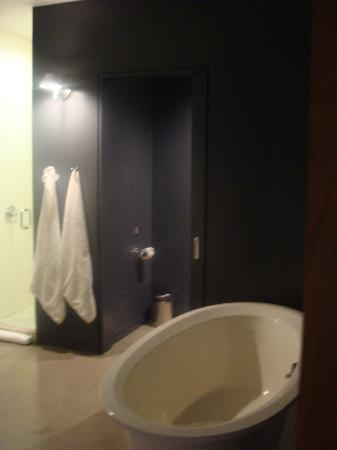 Hotel Gault: The huge bathroom