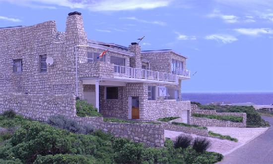 Stone House Lodge: Stone House is siuated right on the coast line of Gansbaai