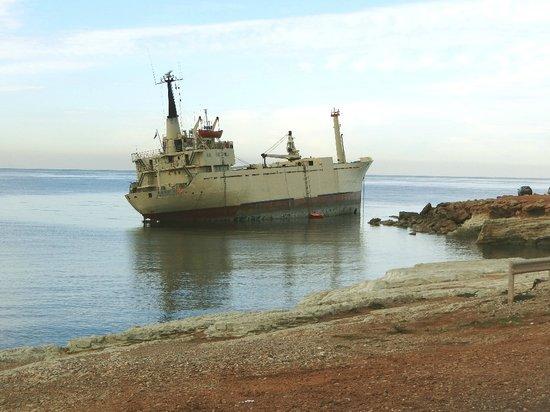 Peyia, Kıbrıs:                   Harte Zeit für den Kapitän; er darf das Schiff nicht verlassen, sonst fällt es