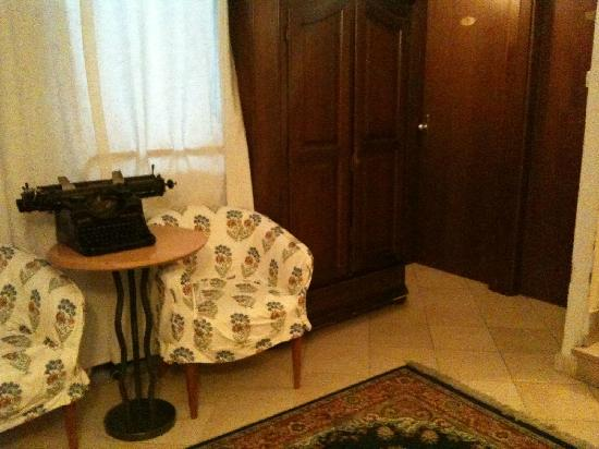 Hotel Locanda Salieri: One of the cosy waiting corners on the way up to my room.