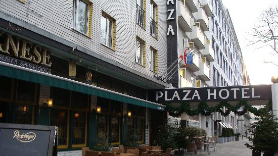 Berlin Plaza Hotel: FRONT OF THE HOTEL