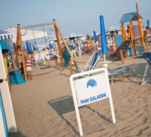Hotel Galassia: Hotel Galssia*** Jesolo Lido, spiaggia area giochi