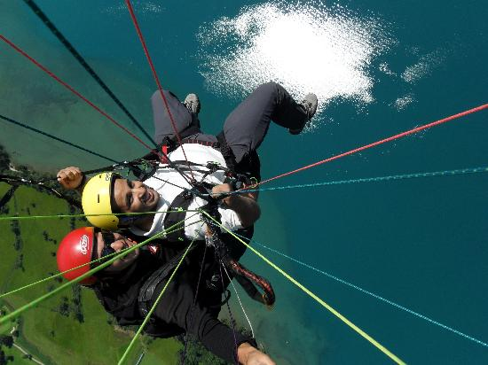 Swiss Paragliding : over lake of Thun