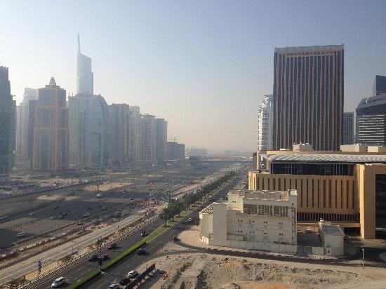 Radisson Blu Residence, Dubai Marina: Utsikt från balkong, ut mot motorvägen