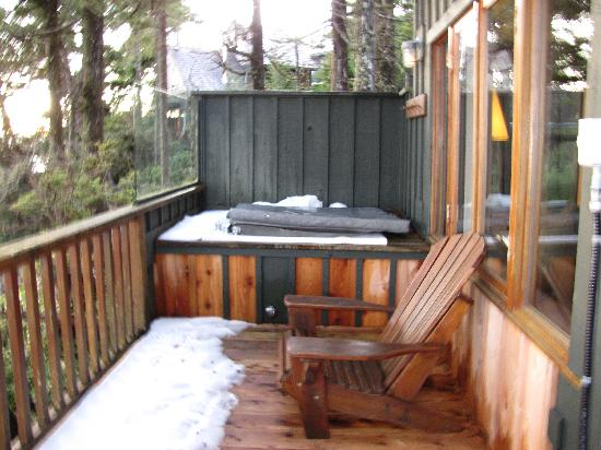Middle Beach Lodge: Jacuzzi tub on patio single cabin 56