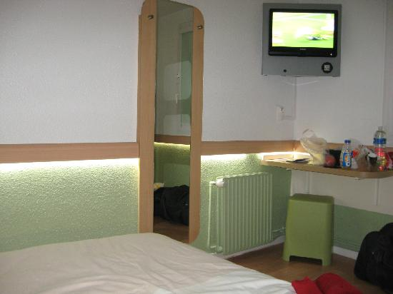 Ibis Budget Lille Centre: Excellent choice of lighting variations (touch screen) and loads of television & radio channels