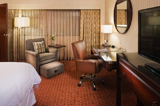 Sheraton Detroit Metro Airport : King Guest Room