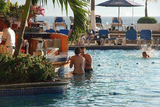 Sunscape Puerto Vallarta Resort & Spa: open bar in the pool