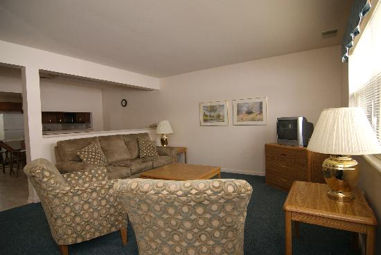 Asbury Inn & Suites: Townhouse living room