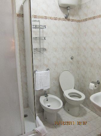 Nazional Rooms: La salle de bain