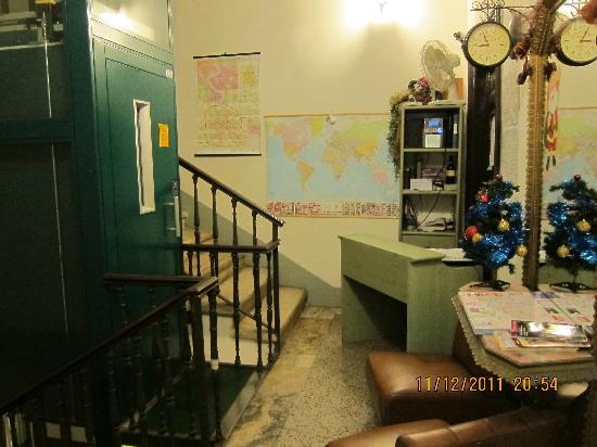 Nazional Rooms: La réception