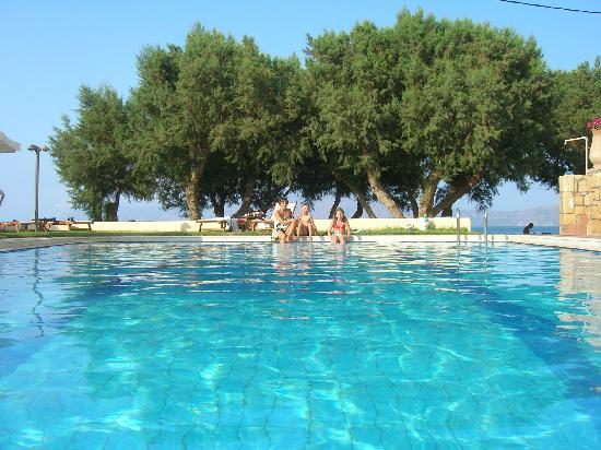 Aphrodite Beach Hotel: la piscine avec au loin la plage