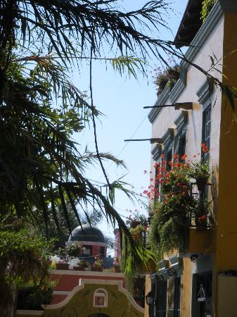 Hotel Casa Blanca: nearby street, across from Independencia Tea House