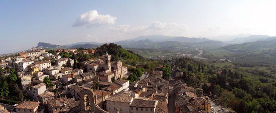 Oste del Castello Wellness & Bike: Verucchio e sullo sfondo San Marino