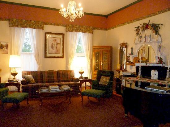 Americus Garden Inn Bed & Breakfast: Originally the ladies' parlor, enjoy the baby grand piano or a good book.