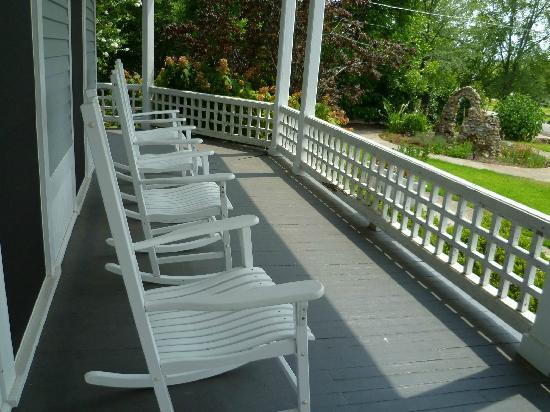Americus Garden Inn Bed & Breakfast: Enjoy rocking on the front porch.