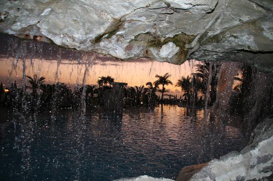 Roca Nivaria GH - Adrian Hoteles: Dentro de la cascada