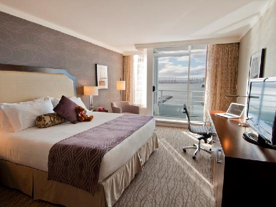 Pinnacle Hotel At The Pier: Deluxe Harbour View Room With King Bed