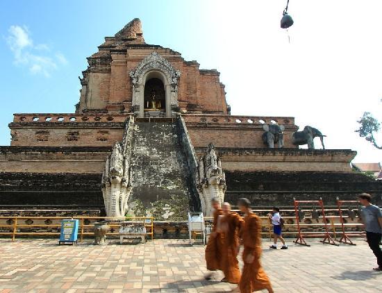Lanna Kingdom Tours: Wat Chediluang.