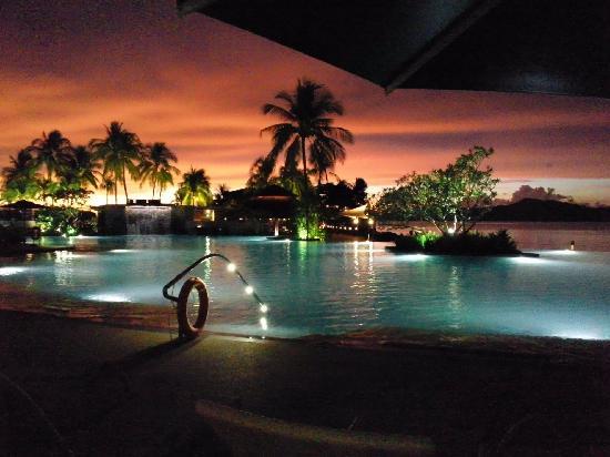Shangri-La's Tanjung Aru Resort & Spa: 夕方のプールサイド