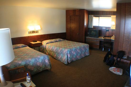 Curly Redwood Lodge: redwood lined rooms