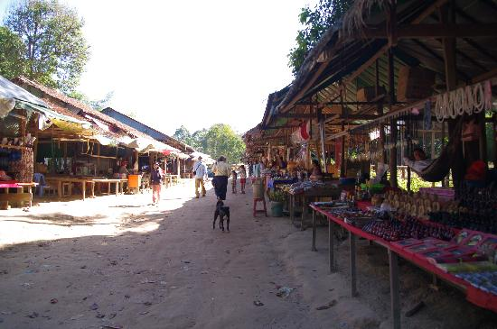 Phnom Kulen National Park: Passing stalls on the way up to temple