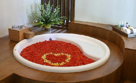 Grand Akhyati Villas and Spa: Rose petal bath tub