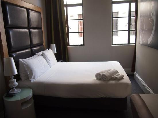 1831 Boutique Hotel: Small but clean room with no view