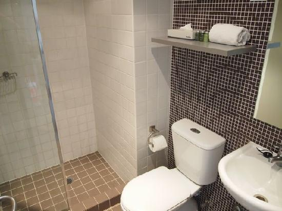 1831 Boutique Hotel: Small bathroom