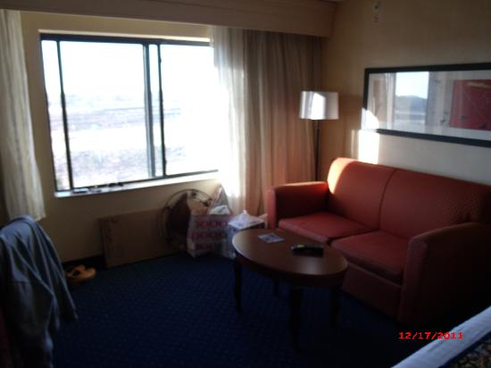 Courtyard by Marriott Salina: Small Couch/Coffee Table - Regular Room