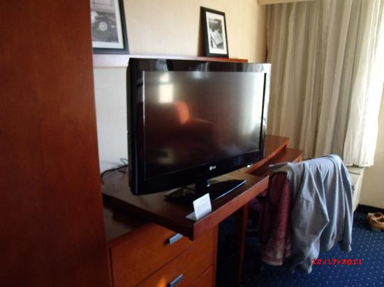 Courtyard by Marriott Salina: Flat Screen LG TV (it sits on a shelf that pulls out so you can watch tv from the bed) - Regular