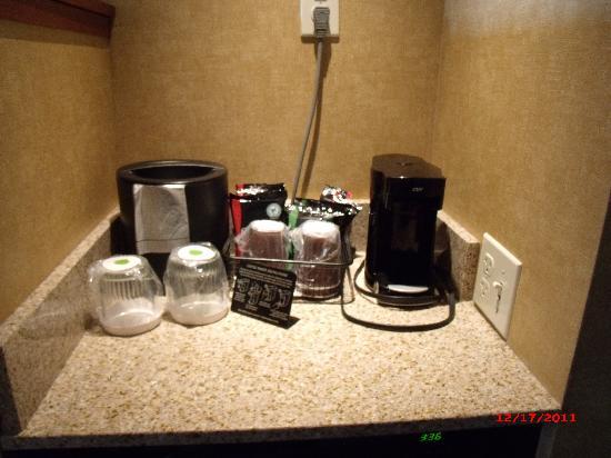 كورتيارد باي ماريوت سالينا: Coffee Pot, Ice Bucket, Water Glasses - Regular Room
