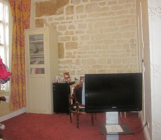 Tonic Hotel Louvre: the flat screen tv, and the small wardobre of the quadruple room we stayed in.