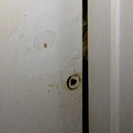 Georgian Court Bed & Breakfast Guest House: Missing door handle on inside of bathroom door