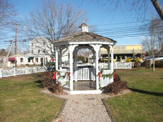 Taber Inne and Suites : Gazebo decorated for the holidays