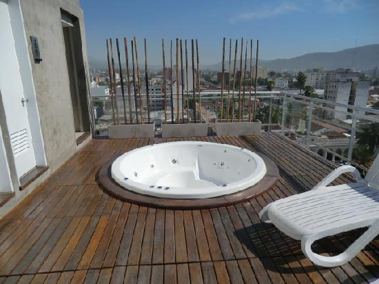 Design Suites Salta: the empty jacuzzi