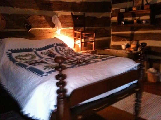 Natchez Hills Bed & Breakfast: Gorgeous, comfy bed in restored cabin.