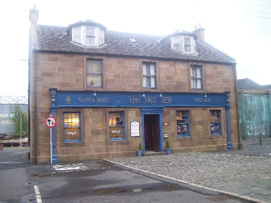 Dumbarton, UK: Pub real on the outside wood inside