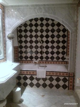 Hotel La Maison-Blanche : côté bain il y a aussi un côté douche