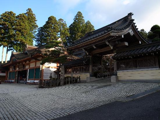 Karukayado: 本堂入口