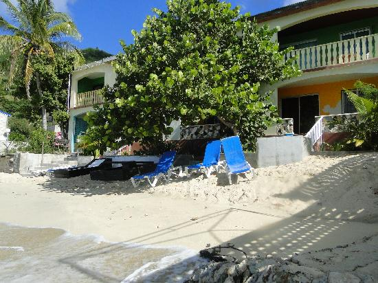 Grand Case Beach Motel : This is from the back, see the balcony, nice to have morning coffee or nght cap