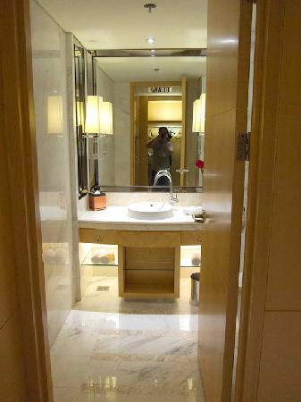 JW Marriott Hotel Beijing: second bathroom by the entrance